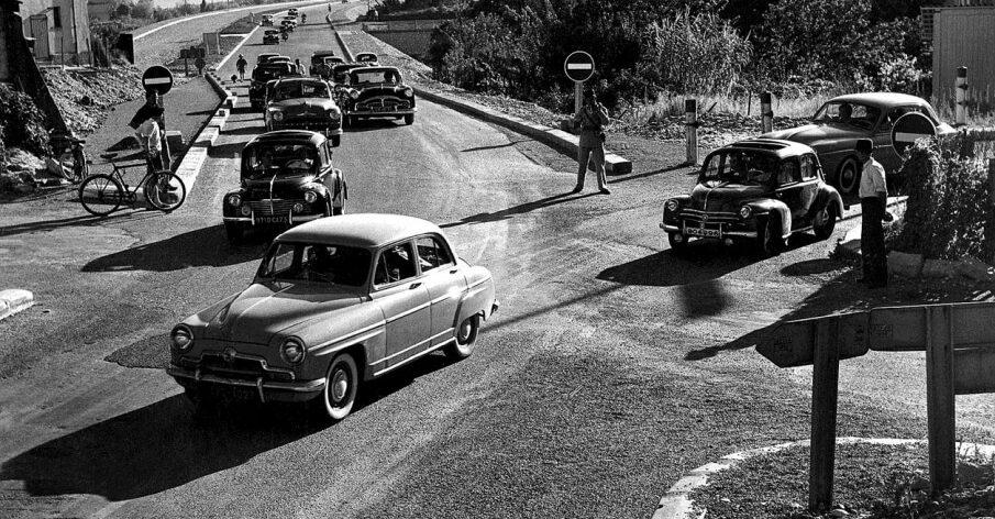 Photo en noir et blanc de voitures sur la route à Saint-Laurent du Var en 1954